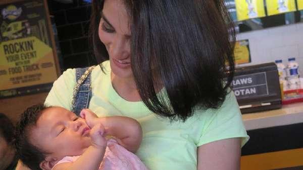Atiqah Hasiholan Gendong Baby Salma, Dua-duanya Menggemaskan!