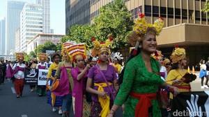 Indahnya Karnaval Baju Adat Nusantara yang Terancam Punah