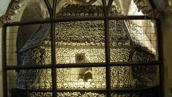Dahulu kala, orang-orang berbondong-bondong ingin dimakamkan di sekitar kapel, karena tempat ini telah disucikan oleh pendeta (sedlecossuary.com)