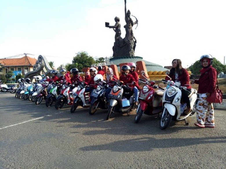 Fino Lovers di Bundaran Ngabul patung Ratu Sima, Ratu Kalinyamat, dan R.A Kartini (Foto: Yamaha)