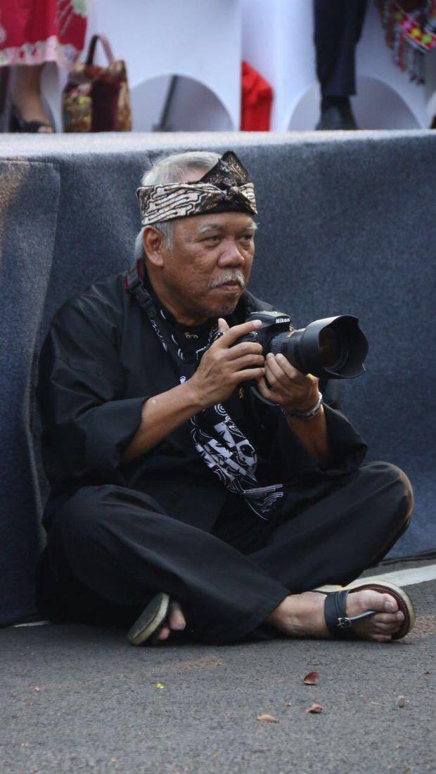 Aksi Menteri PUPR Pegang Kamera Sampai <i>Ngemper</i> di Aspal