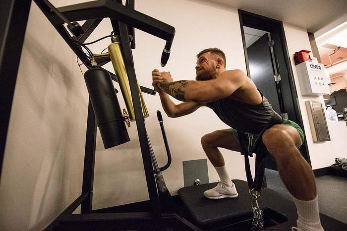 Squat dengan bantuan alat ini dapat memperkuat otot paha, bahu dan kaki secara bersamaan. (Foto: instagram/thenotoriuousmma)