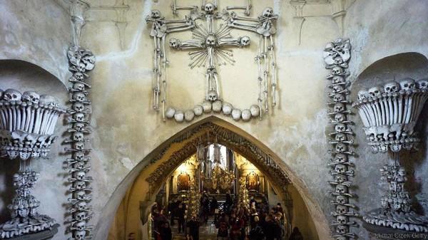 Tulang-tulang di kapel ini berasal dari manusia-manusia yang dikuburkan di sekitar pemakaman gereja (Michal Cizek/BBC Travel)