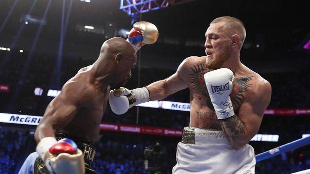 Floyd Mayweather Jr. sempat mengalahkan petarung UFC, Conor McGregor pada pertarungan tinju tahun lalu.