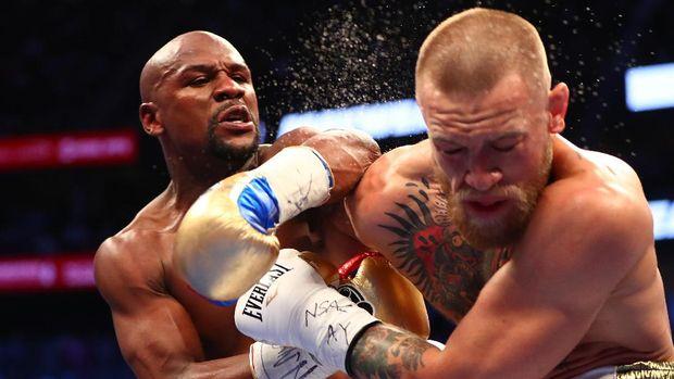 Floyd Mayweather mengalahkan Conor McGregor di ring tinju pada 2017.