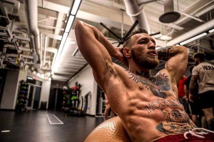 Push-up merupakan olahraga rutin yang dilakukan McGregor untuk memperkuat otot perut. (Foto: instagram/thenotoriuousmma)