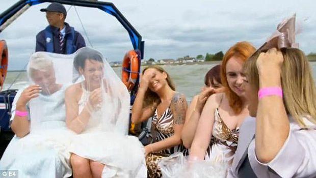 Unik, Pria Ini Kalungkan Ular Piton ke Calon Istrinya Saat Menikah