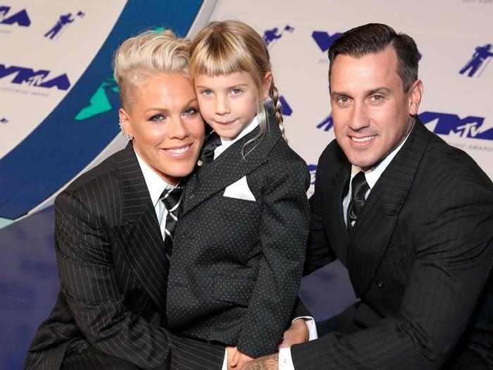 Pink bersama suami dan anaknya. (Foto: Getty Images)