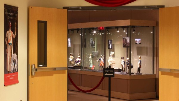 Beberapa karya patung diletakan di dalam estalase kaca (The Mini Time Machine Museum of Miniatures/Facebook)