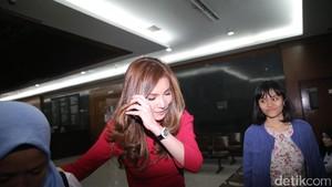 Hakim Tanya Istri Andi Narogong: Orang Kaya Ya Suamimu?