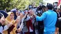 Para cast Warkop DKI Reborn saat tiba di Surabaya, Jawa Timur pada Senin (28/8).