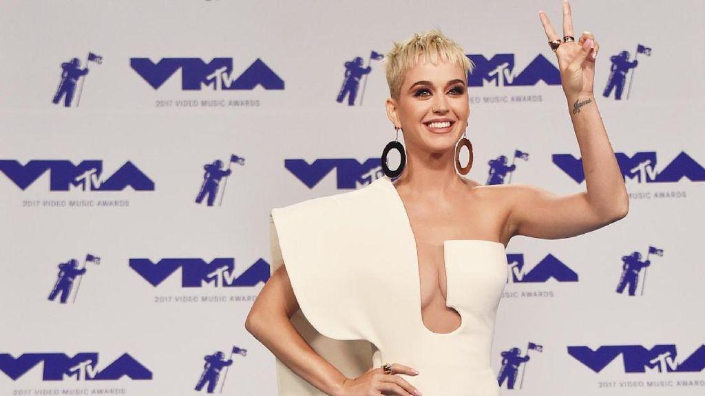 Foto: 10 Selebriti Berbusana Terbaik di MTV VMA 2017