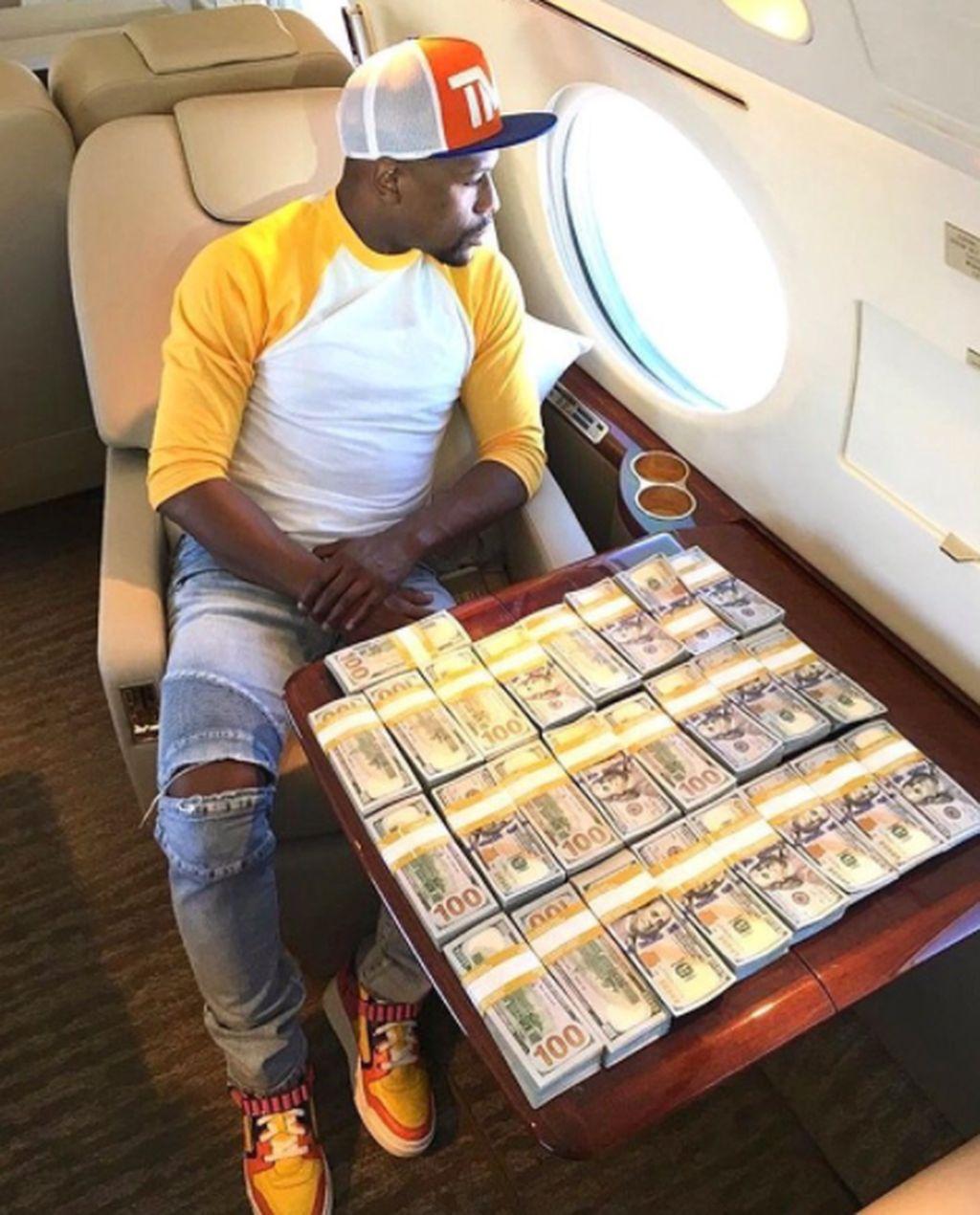 Di Instagram, Floyd sangat populer dengan 18,2 juta pengikut. Ini uang yang dipamerkannya saat menaiki pesawat pribadi. Foto: istimewa