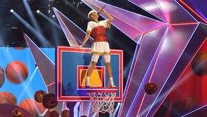 Aksi Panggung Memukau Katy Perry Main Basket