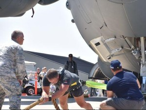 Personel AFP Sukses Pecahkan Rekor Dunia Tarik Pesawat 190 Ton