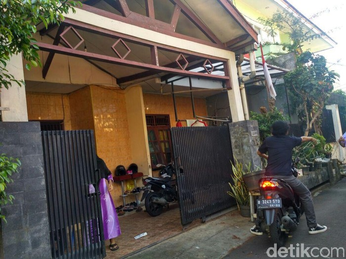 Believe it or not, Mysterious Rain pours down 1 house in Tebet