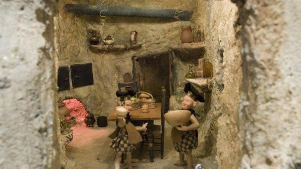 Miniatur ini menunjukan kehidupan mahluk fiksi yang hidup di rumah bawah tanah (The Mini Time Machine Museum of Miniatures/Facebook)