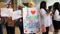 Berbagai kertas bertuliskan ungkapan kecintaan mereka dibuat oleh para fans.