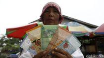 Belanja dengan Dua Mata Uang di Pasar Perbatasan Entikong