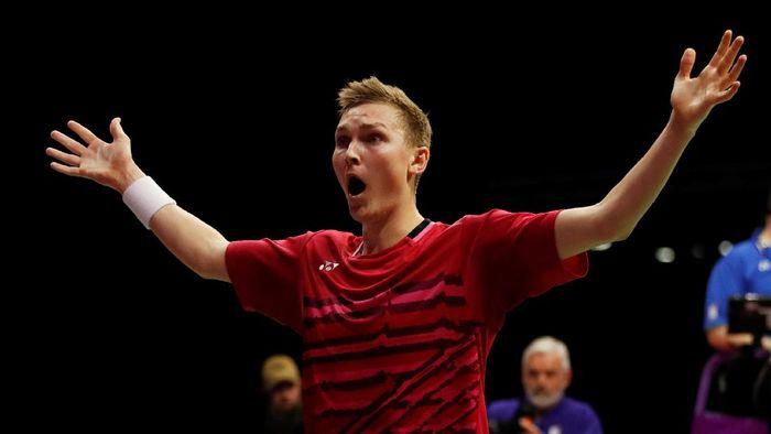 Viktor Axelsen merayakan kemenangannya atas Lin Dan di final Kejuaraan Dunia Bulutangkis 2017 (Foto: Russell Cheyne/REUTERS)