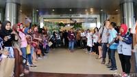 Barisan penonton menanti kedatangan Abimana Cs di The Park Mall, Solo.