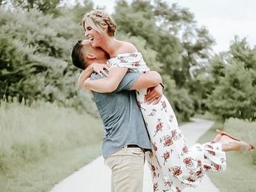 Senyum dari lubuk hati terdalam dari pasangan suami istri yang sebentar lagi akan jadi orang tua. (Foto: Instagram/@chelsiemorales)