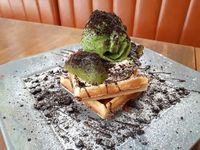 Please Please Please: Empuk Legit Waffle <i>The Green Rocket</i> dan <i>Choco Mallow</i> di Kafe Kekinian