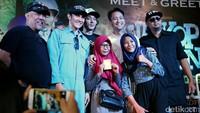 Wajah bahagia mereka saat berfoto dengan para pemeran dan sutradara film tersebut.