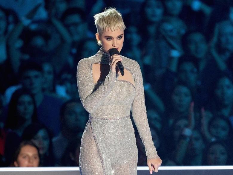 Katy Perry Mesra dengan Seorang Pria di Denmark