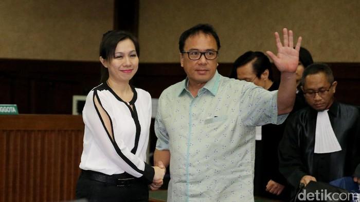 Sekretaris Basuki Hariman, Ng Feny jalani sidang di Pengadilan Tipikor, Jakarta. Ia divonis 5 tahun dan denda Rp 200 juta subsidair 2 bulan kurungan.