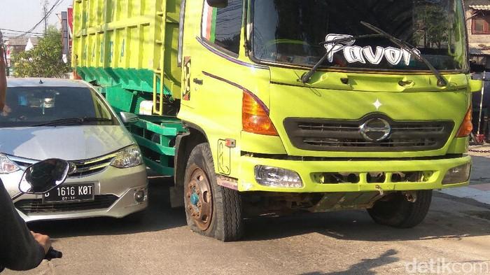 Kemacetan terjadi di Jalan Raya Hankam dari arah putaran Pondok Gede menuju ke Plaza Pondok Gede. Padatnya arus kendaraan disebabkan adanya truk yang mengalami pecah ban.
