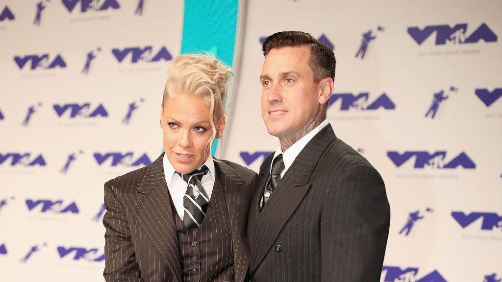 Cute! Gaya Kompak Pink dan Keluarga Berbalut Setelan Jas di MTV VMA