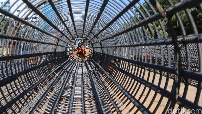 Para pekerja mulai mengerjakan proyek tol dalam kota Pulo Gebang-Sunter di kawasan Kelapa Gading, Jakarta Utara, Senin (28/8/2017).