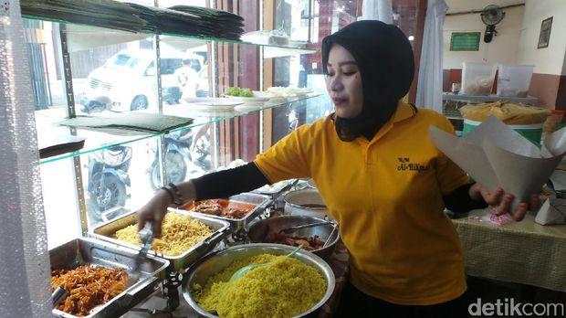 Pelayan meladeni nasi kuning (Wahyu/detikTravel)