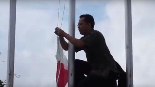 Aksi Pak Guru Hikmat saat betulkan bendera RI terbalik /
