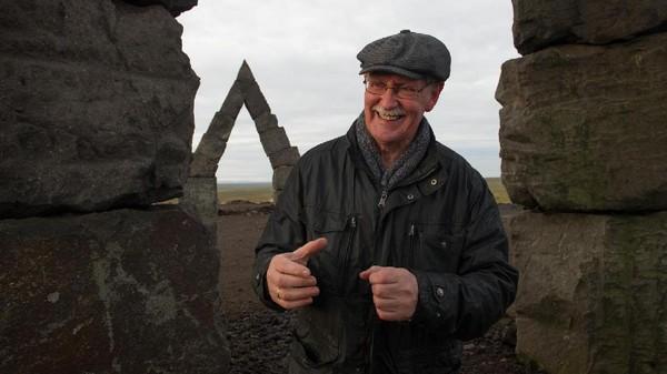 Arctic Henge bukanlah peninggalan kuno ribuan tahun silam, melainkan buatan seorang cendikiawan bernama Erlingur Thoroddsen. Susunan batu tersebut dibuat dengan tujuan untuk membuat jam matahari (Eric Guth/BBC)