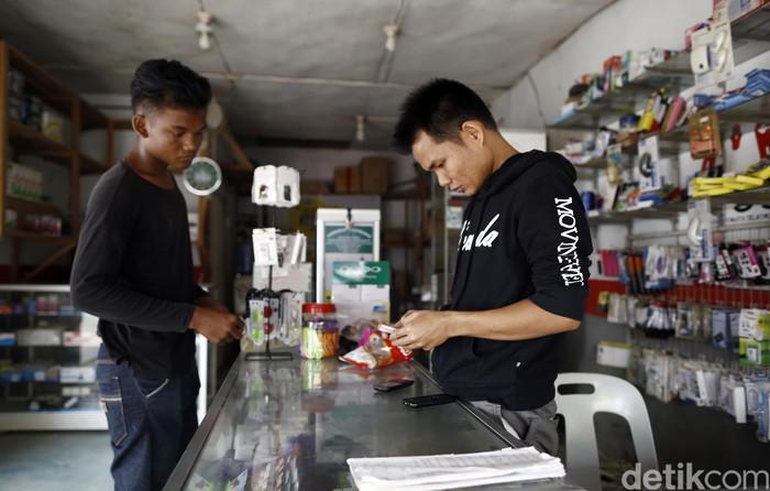 Penjual pulsa di Entikong (Foto: Rachman Haryanto/detikcom)