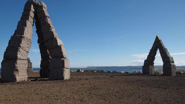 Melalui pembuatan monumen ini, Thoroddsen juga berharap bisa membuat turis yang biasanya banyak berkunjung ke selatan Islandia karena suhu lebih bersahabat, mau berlibur pula ke Raufrhofn di utara (Arctic Henge/Facebook)