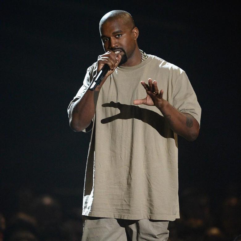 Kanye West Tulis Buku Filsafat Break the Simulation
