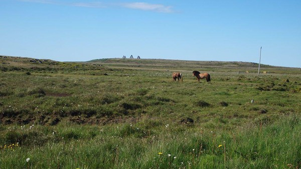 Tidak ada tiket masuk untuk melihat Arctic Henge. Lokasinya di atas bukit dan dapat dikunjungi kapan saja (Arctic Henge/Facebook)