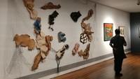 Berbagai sisi galeri terpasang karya seni yang penuh makna. Ditambah pencahayaan yang pas, suasananya pun bikin traveler makin menikmati karya yang dipajang (Tri Ispranoto/detikTravel)