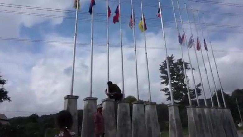 Viral Guru Panjat Tiang dan Betulkan Bendera RI Terbalik di Thailand