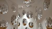 Yang uniknya lagi, ada puluhan cermin cembung yang tersusun di dalam sebuah lorong. Jika berfoto di tempat ini tubuh kita seolah terefleksi ke seluruh bagian yang terpantul dari kaca-kaca yang saling berhadapan (Tri Ispranoto/detikTravel)