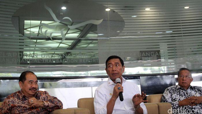 Menko Polhukam Wiranto yang juga sebagai Ketua Komite Koordinasi Nasional Pencegahan dan Pemberantasan TPPU memberikan keterangan pers dengan didampingi Kepala PPATK Kiagus Ahmad Badaruddin dan Menko Perekonomian Darmin Nasution di Kantor Pusat PPATK, Jakarta, Selasa (29/8/2017).
