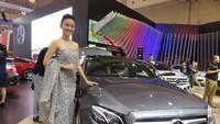 Bergeser ke salah satu mobil produksi Jerman, Mercedes-Benz, Farah Rahma selaku salah satu bidadarinya mengaku selain menyukai mobil yang luxury dan bertampang gagah, mobil dengan keluaran emisi ramah lingkungan merupakan kendaraan impiannya. Foto: Ruly Kurniawan.