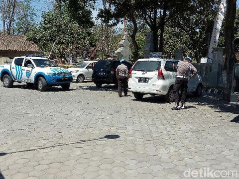 Polisi masih memeriksa Polsek Wongsorejo/
