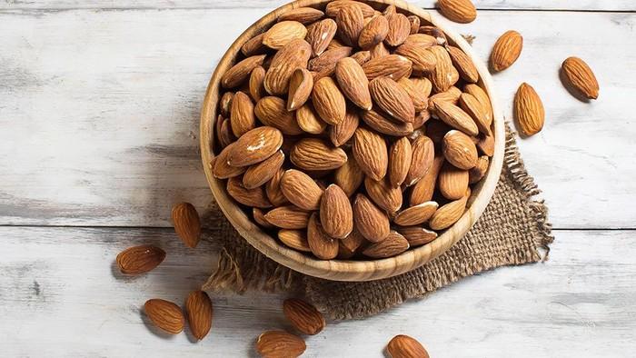Kacang almond termasuk kacang-kacangan yang bisa meningkatkan libido. Foto: iStock