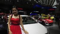 Toyota Pretty Eva Juliani rupanya lebih suka jadi penumpang. Jadi lebih nyaman naik mobil kecil seperti Toyota Yaris, ucap salah satu Toyota Pretty ini saat berbincang dengan detikOto. Foto: Ruly Kurniawan