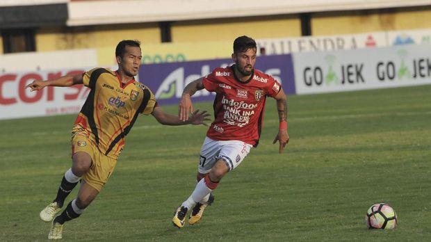 Stefano Lilipaly (kanan) baru mencetak satu gol di Piala AFC 2018.