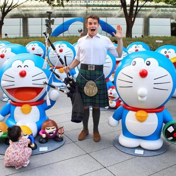 Pria tampan ini juga telah mengunjungi negara-negara di Asia seperti Jepang. Begitu pula Malaysia, Singapura dan Kamboja (thefirstpiper/Instagram)